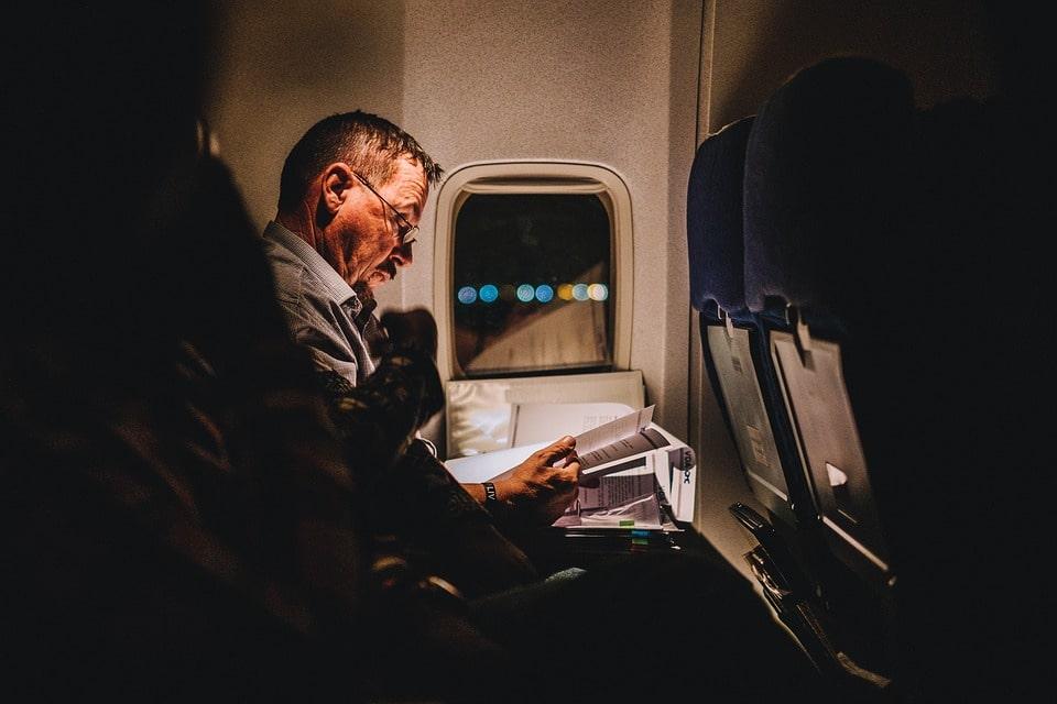 hombre avión abogado internacional